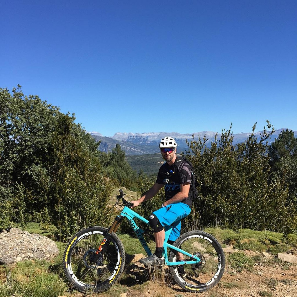 Just a quick check to make sure the beard matched the Mon-Tons... So far so good, @basquemtb rolling out some banger trails for Day 1 on #euroendurothesequel. Loving the Spanish gnar #dirtynomad #nomadness #doyouevenposebro #M70abusesession #frothing #montonlove #scenerymeltdown #EWSspain